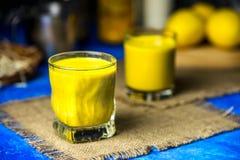 Latte dorato in un vetro immagini stock