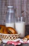 Latte e bagel Immagini Stock Libere da Diritti