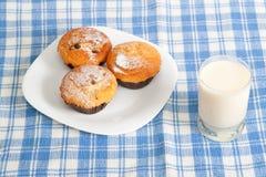 Latte e bigné Immagini Stock Libere da Diritti