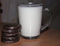 Latte e biscotti immagine stock