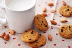 Latte e biscotti immagini stock libere da diritti