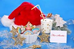 Latte e biscotti variopinti del pan di zenzero per Santa Fotografie Stock Libere da Diritti