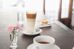 Latte e café na tabela Foto de Stock