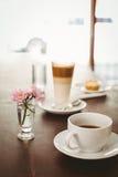 Latte e caffè sulla tavola Fotografie Stock Libere da Diritti