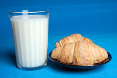 Latte e croissants. Immagine Stock