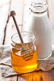 Latte e miele immagine stock