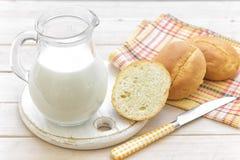 Latte e panini immagine stock libera da diritti