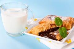 Latte e pasticceria fotografie stock libere da diritti