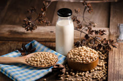Latte e soia di soia sulla Tabella di legno Fotografia Stock
