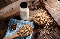 Latte e soia di soia sulla Tabella di legno Fotografia Stock Libera da Diritti