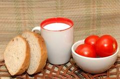 Latte e tomates del pane Immagini Stock