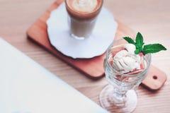 Latte e um gelado Fotos de Stock