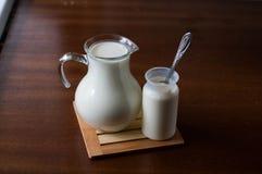 Latte e yogurt naturale fotografie stock libere da diritti