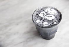 Latte eccellente del carbone su fondo di marmo Immagine Stock