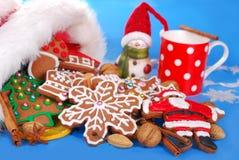 Latte ed assortimento dei biscotti del pan di zenzero per Santa Immagini Stock