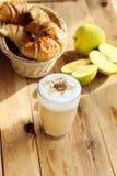 Latte en Frans croissant Stock Fotografie