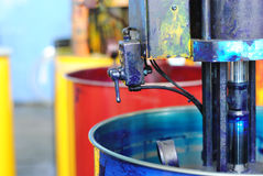 Latte enormi di pittura in quattro colori a tipografia Fotografie Stock