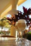 Latte espagnol de café en verres grands avec le backgrou ensoleillé de matin Photographie stock libre de droits
