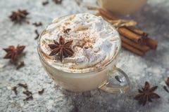 Latte et ingrédients de Chai sur le fond concret photo libre de droits