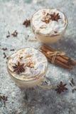 Latte et ingrédients de Chai sur le fond concret photographie stock libre de droits