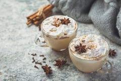 Latte et ingrédients de Chai sur le fond concret photographie stock