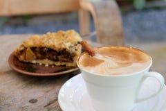 Latte et tarte aux pommes de café sur en bois Photo stock