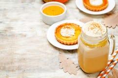 Latte för pumpa för krydda för pumpapaj Fotografering för Bildbyråer