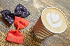 Latte filiżanka i łęków krawaty Fotografia Royalty Free