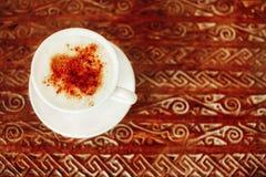 Latte fili?anka na drewnianym stole fotografia stock