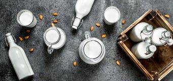 Latte fresco in bottiglie e brocche con una scatola di legno fotografia stock libera da diritti