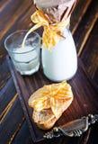Latte fresco con i biscotti Immagine Stock