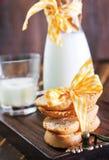 Latte fresco con i biscotti Fotografia Stock