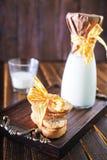 Latte fresco con i biscotti Fotografie Stock