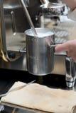 latte froth espresso подготовляя испаряться Стоковое Изображение RF
