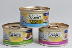 Latte gastronomiche dell'alimento per animali domestici dell'oro su fondo bianco Immagini Stock