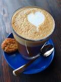 Latte gemacht mit Liebe Stockbild