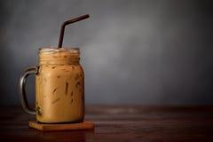 Latte ghiacciato del caffè con ghiaccio sulla Tabella di legno fotografia stock