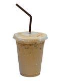 Latte glacé de café dans la tasse en plastique d'isolement sur le fond blanc, c Images libres de droits