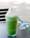 Latte glacé de thé vert de matcha, l'espace de copie de milk-shake photos stock