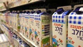Latte israeliano d'acquisto in un supermercato video d archivio