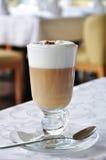 Latte Kaffee in einer Gaststätte Lizenzfreies Stockbild