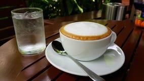 Latte Kaffee- und macaronstageszeit Lizenzfreie Stockfotografie