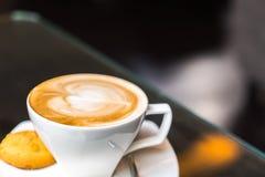 Latte Kawowa sztuka na stole fotografia stock