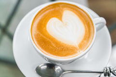 Latte Kawowa sztuka na stole zdjęcia royalty free