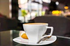 Latte Kawowa sztuka na stole obraz stock