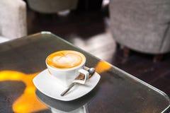 Latte Kawowa sztuka na stole zdjęcie stock