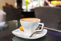 Latte Kawowa sztuka na stole zdjęcie royalty free