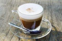 latte kawowy szklany stół Zdjęcia Royalty Free