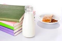 Latte, libri e spuntini Fotografie Stock