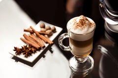 Latte macchiato mit Gewürzen Stockbilder